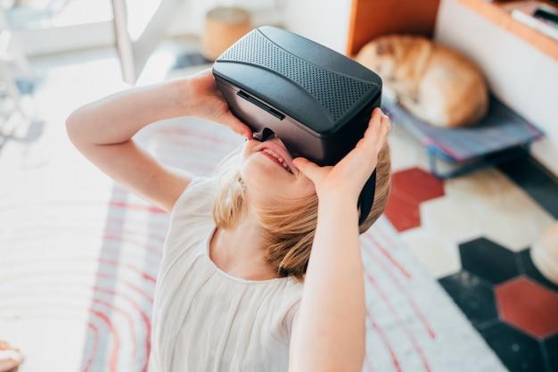 Crianças do sexo feminino indoor usando o visualizador em 3d