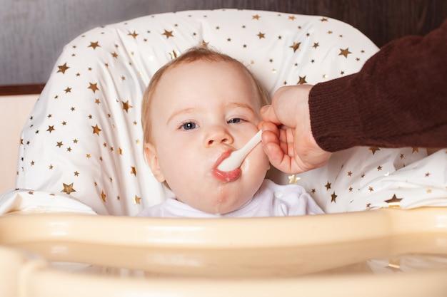 Crianças doces comendo comida saudável no jardim de infância ou em casa