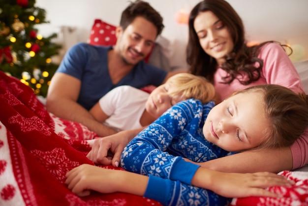 Crianças dormindo na manhã de natal