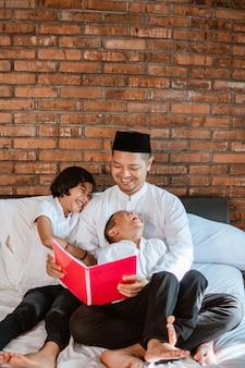 Crianças e pai em casa lendo livro