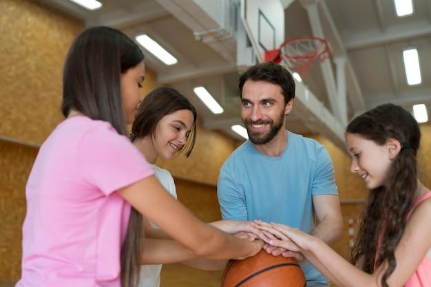 Crianças e professor de tiro médio