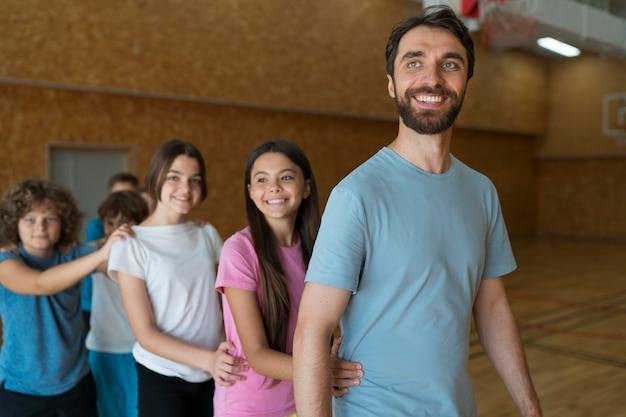 Crianças e professor, tiro médio