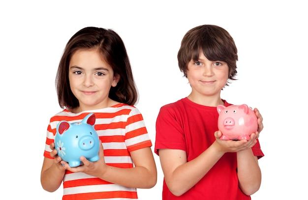Crianças economizando com seu cofrinho