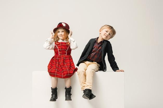 Crianças elegantes bonitos