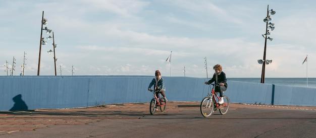 Crianças em bicicletas ao ar livre se divertindo