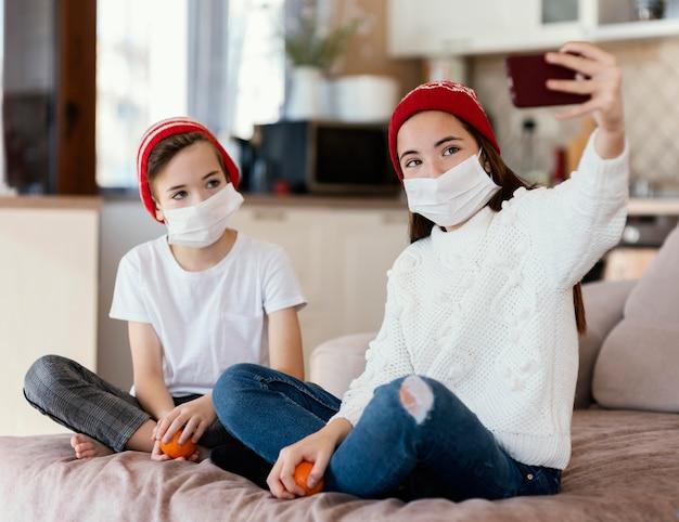 Crianças em casa com máscara