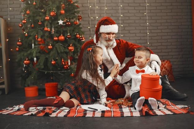 Crianças em casa, decoradas para o natal. correio do papai noel.