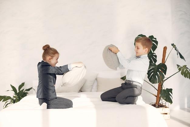 Crianças em casa lutam travesseiros