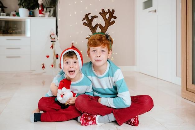 Crianças em casa no dia de natal