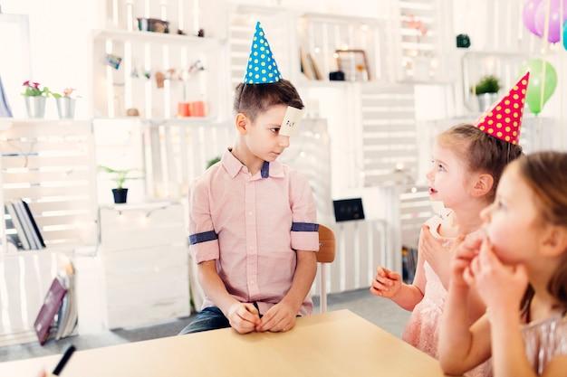 Crianças, em, colorido, bonés, papel jogando jogo