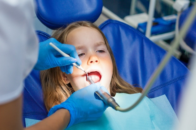 Crianças em exame dentista