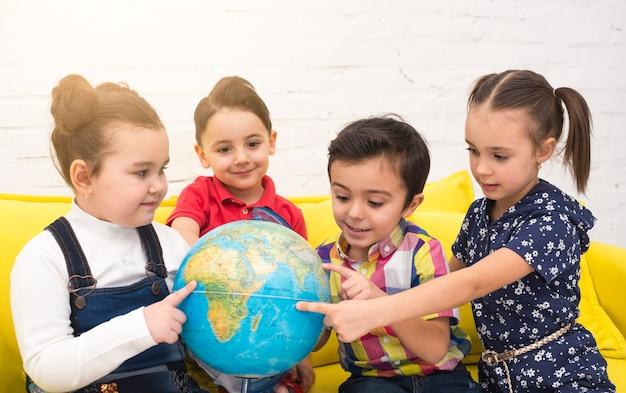 Crianças, em, grupo, com, um, globo
