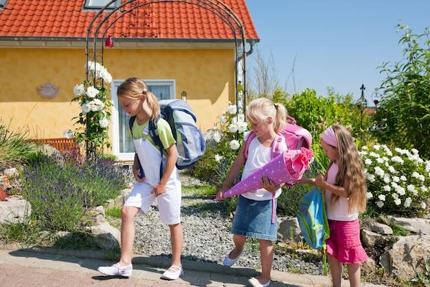 Crianças em idade escolar a caminho da escola