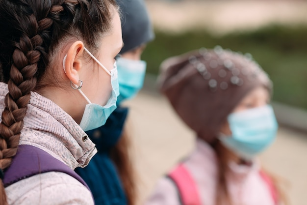 Crianças em idade escolar com máscaras médicas. retrato de crianças em idade escolar.