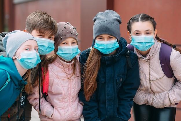 Crianças em idade escolar com máscaras médicas
