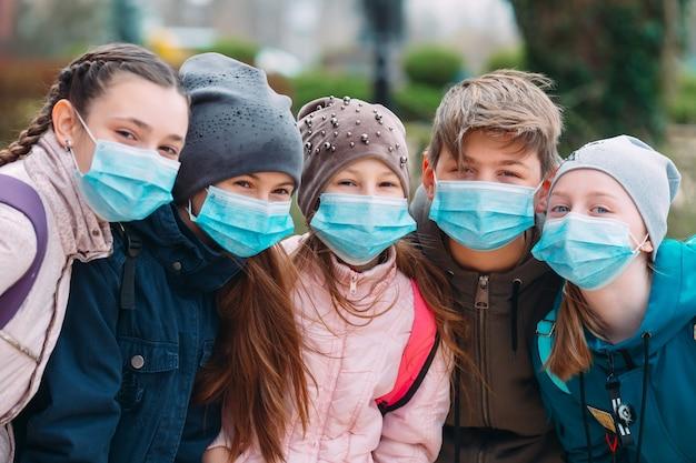 Crianças em idade escolar em máscaras médicas. retrato de crianças em idade escolar.