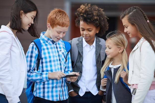 Crianças em idade escolar jogando jogo online