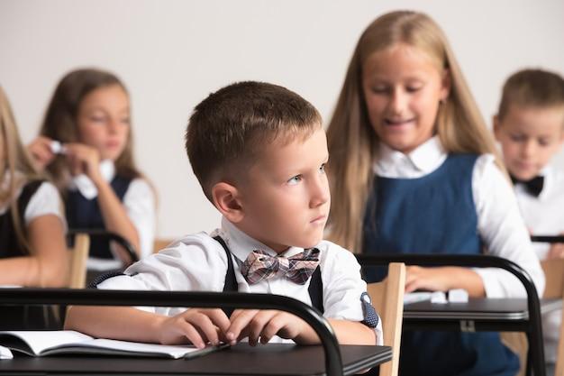 Crianças em idade escolar na sala de aula na lição