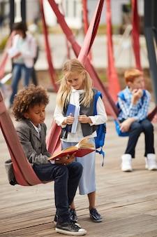 Crianças em idade escolar se preparando para as lições
