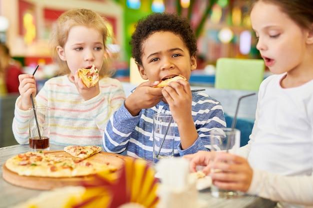 Crianças em pizzeria cafe