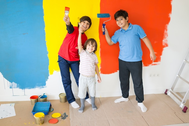 Crianças, em, quadro, sala, ligado, parede