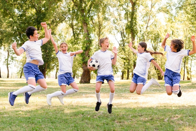 Crianças em roupas esportivas pulando