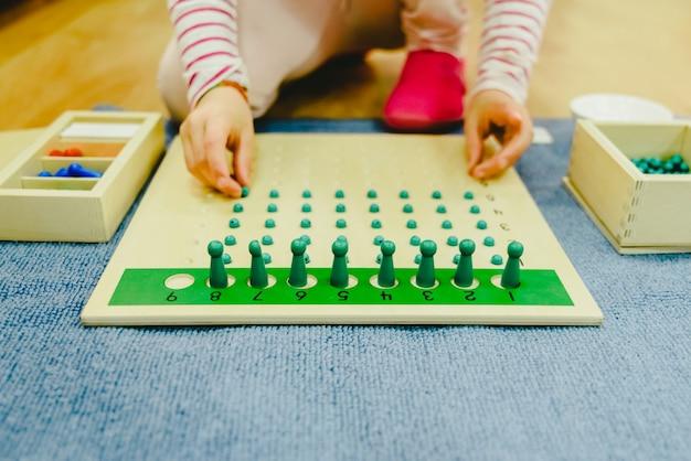 Crianças em sua classe escolar pegando ferramentas de aprendizagem.