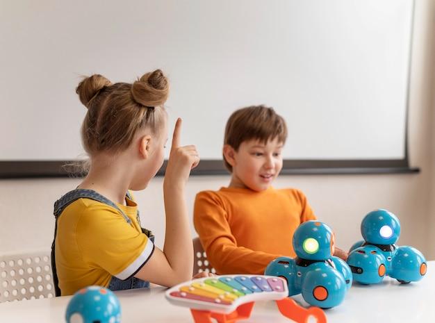 Crianças em tiro médio aprendendo