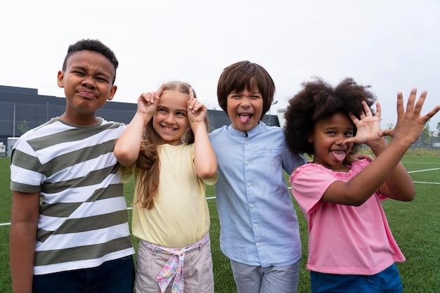 Crianças em tiro médio fazendo caretas engraçadas