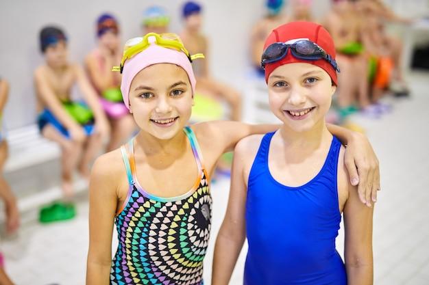 Crianças em traje de banho