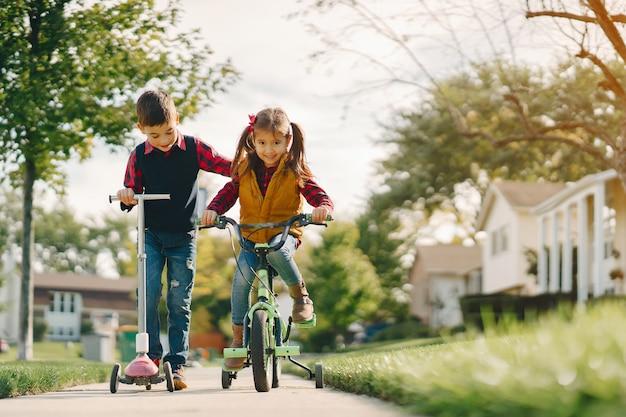 Crianças, em, um, outono, parque
