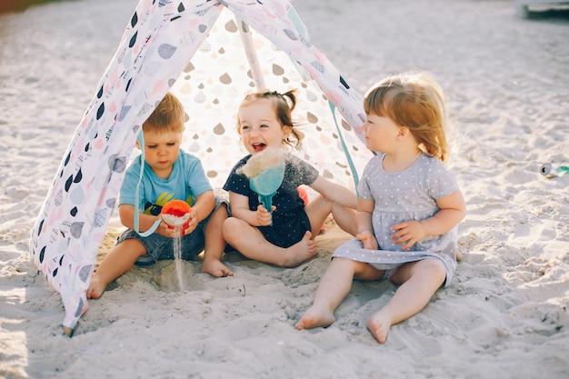Crianças, em, um, verão, parque