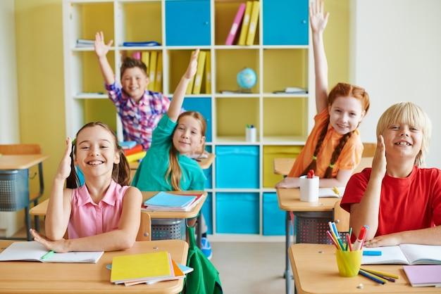 Crianças engraçadas em uma sala de aula