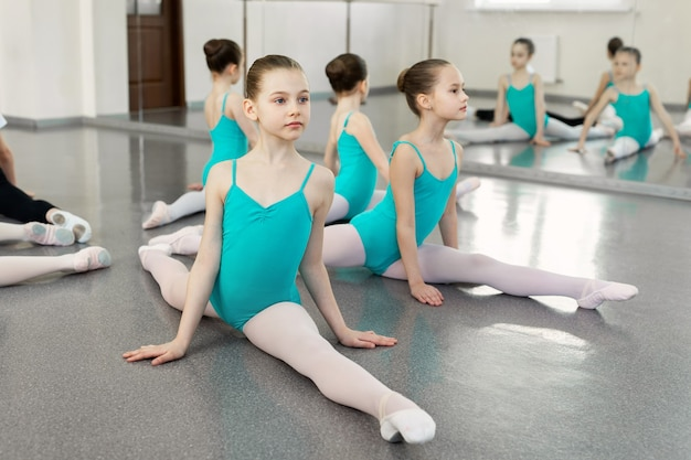 Crianças ensaiando na escola de balé