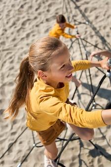 Crianças escalando corda tiro completo