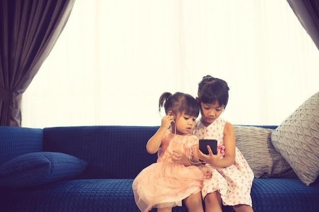 Crianças, escutar música, enquanto, sentando, ligado, um, sofá