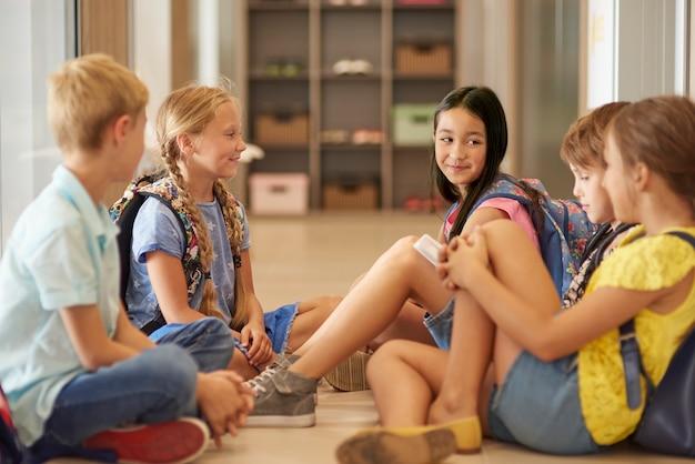 Crianças esperando a próxima aula