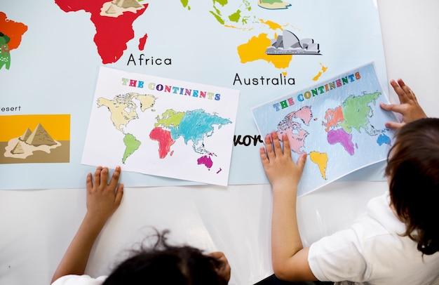 Crianças estudando geografia na escola