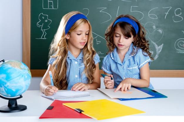 Crianças, estudantes, em, sala aula, ajudando, um ao outro