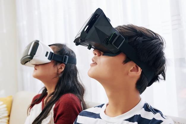 Crianças experimentando realidade virtual