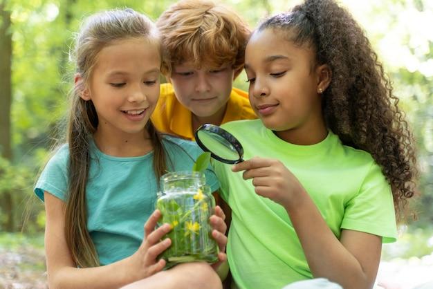 Crianças explorando juntas a natureza