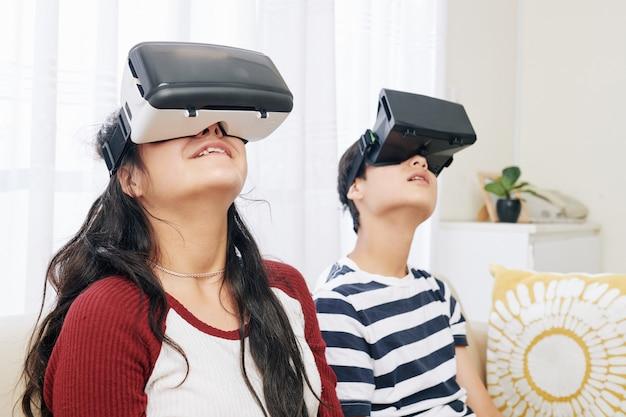 Crianças explorando realidade virtual
