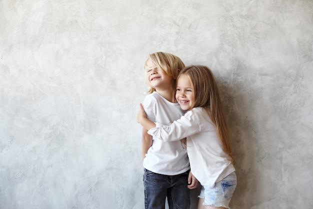 Crianças expressivas posando em casa