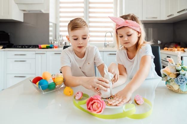 Crianças fazem decorações de páscoa
