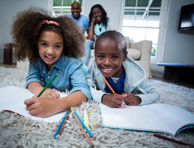 Crianças fazendo a lição de casa com os pais