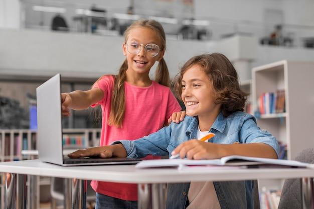 Crianças fazendo a lição de casa juntas