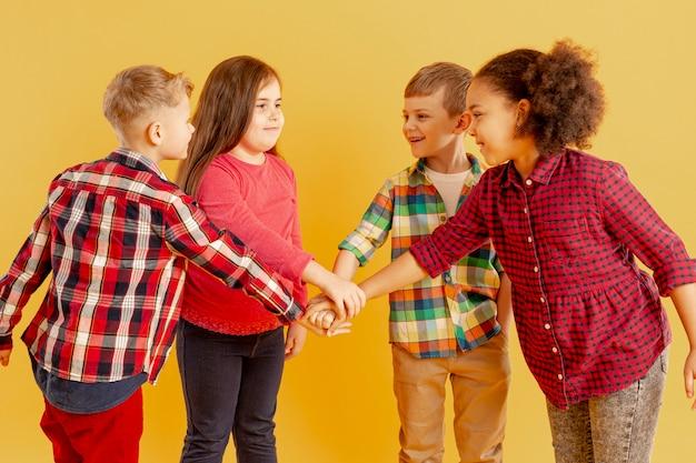 Crianças fazendo aperto de mão
