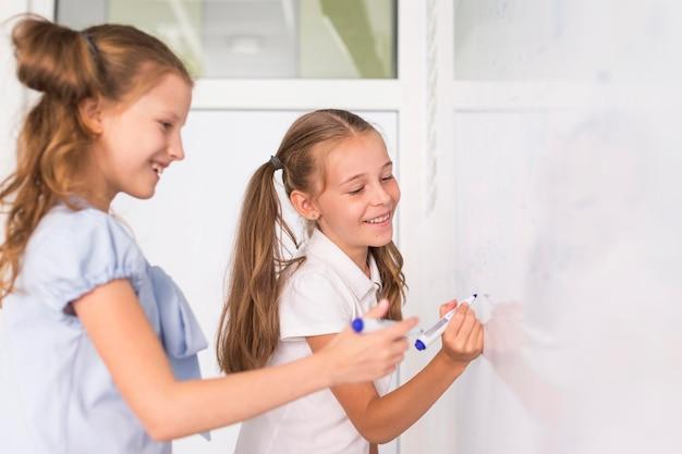 Crianças fazendo cálculos em um quadro branco