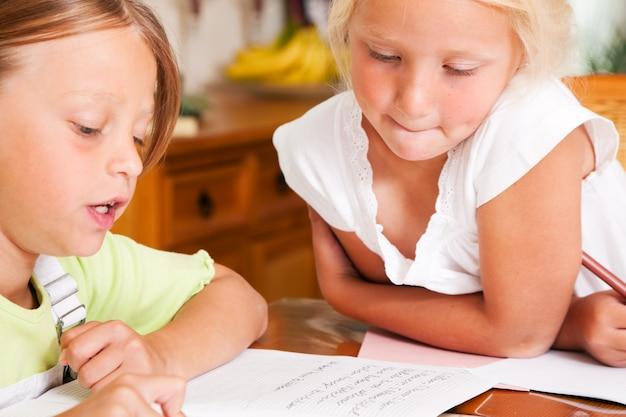 Crianças, fazendo, dever casa, para, escola