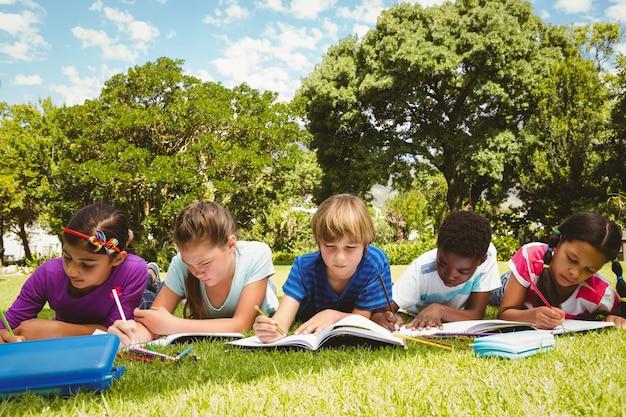 Crianças fazendo lição de casa no parque